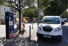 Das Einsatzfahrzeug der Filderstadtwerke an der Stromtankstelle Metzinger Straße
