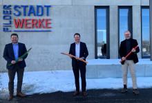 Von links: Jan Meier, Geschäftsführer der Filderstadtwerke, Oberbürgermeister Christoph Traub und Markus Listl, technischer Leiter der Filderstadtwerke, freuen sich über die einzigartige Kooperation zum Thema Glasfaserausbau. Foto: Ellen Schweizer